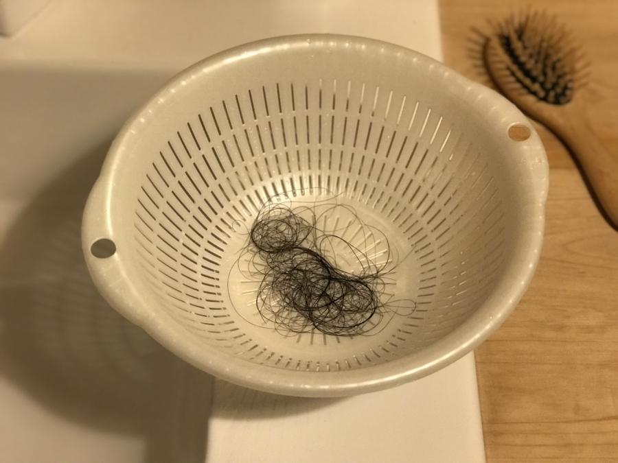 髪の毛は濡れた手から離れない! ~ザル携帯のスゝメ~ (お風呂のイライラ解消アイディア)