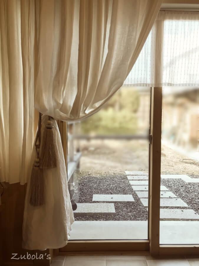タッセルの応用。床を引きずるカーテン、掃除の時は…100均で買える画鋲、S字フックが大活躍
