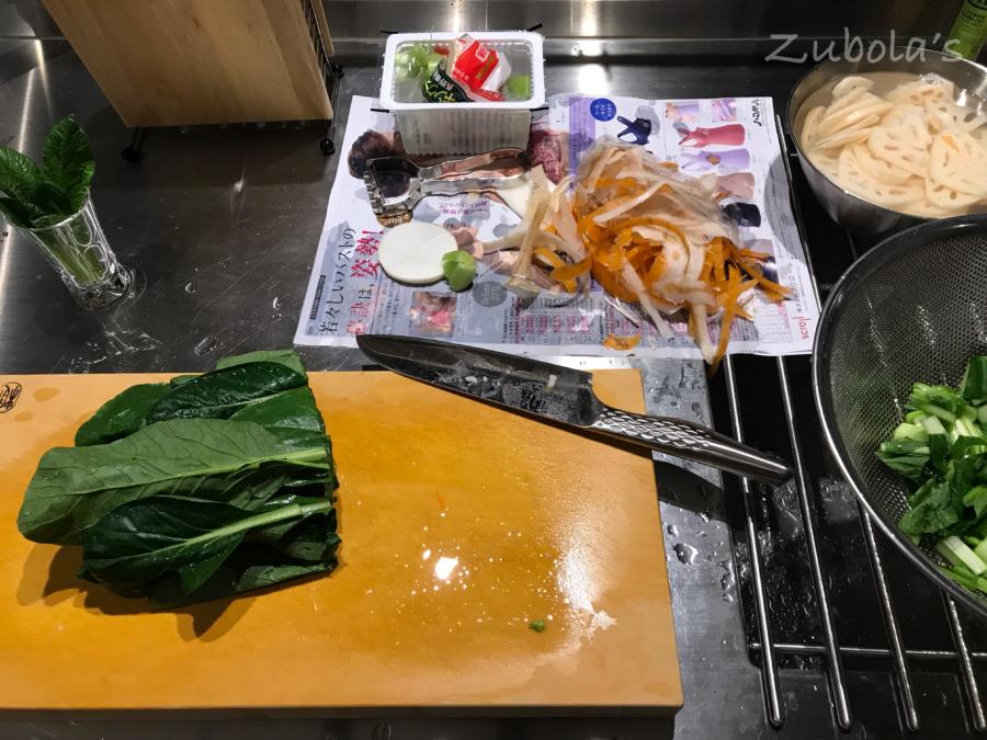 調理中に出る生ゴミ、ラクな処理方法は?「チラシ上に置いて、丸めて捨てる」!わざわざ、チラシを箱型に折らなくても大丈夫!