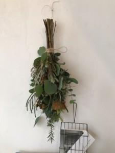 toshie fukuokaさんの「秋の花会」。植物に満たされ病みつきに…フォルモーサ、プルモサム、ポポラスベリー、銀世界(ユーカリ)、バーゼリア ガルベニ、リューカデンドロン ピサマルチ、メラレウカレッドジェム、ノイバラのスワッグ