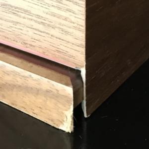 """突板は""""下地""""が出てきてみすぼらしくなる~~食器棚は、ガラス戸、引き出し両方あって良かった。""""風樹の塔""""のオーダー家具。"""