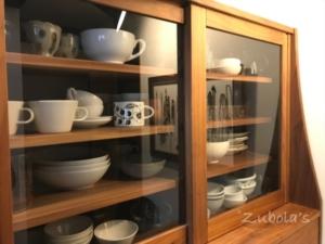 """ガラス戸は開ける前から欲しい物の場所がわかる。~~食器棚は、ガラス戸、引き出し両方あって良かった。""""風樹の塔""""のオーダー家具。"""
